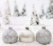 Bożenarodzeniowe szklane piłki w zimie miniaturyzują lasową scenerię z śniegiem zdjęcie stock