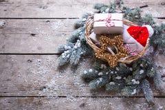 Bożenarodzeniowe teraźniejszość, futerkowy drzewo, dekoracyjna gwiazda i Santa kapelusz o, Obrazy Royalty Free
