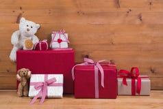 Bożenarodzeniowe teraźniejszość i prezentów pudełka z misiami na drewnianym bac fotografia royalty free