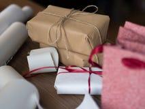Bożenarodzeniowe teraźniejszość i torby na stole zdjęcia royalty free