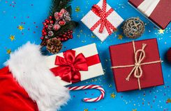 Bożenarodzeniowe teraźniejszość płynie z Santa ` s pończochy zdjęcia royalty free