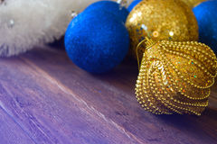 Bożenarodzeniowe złociste i błękitne piłki dekoracja nowego roku Boże Narodzenia lub Zdjęcia Royalty Free