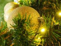 Bożenarodzeniowe złociste piłki z światłem obrazy stock