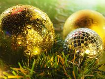 Bożenarodzeniowe złociste piłki z światłem obrazy royalty free