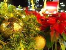 Bożenarodzeniowe złociste piłki z światłem zdjęcie stock