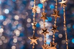 Bożenarodzeniowe złote zabawki Fotografia Royalty Free