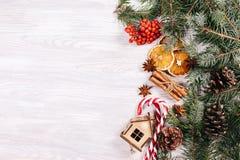 Bożenarodzeniowe zabawki, cynamon i pomarańcze, zdjęcia stock