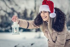"""Bożenarodzeniowego czasu †""""Szczęśliwa kobieta w Santa mienia bożych narodzeń kapeluszowym losie angeles zdjęcie stock"""