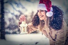 """Bożenarodzeniowego czasu †""""Szczęśliwa kobieta w Santa mienia bożych narodzeń kapeluszowym losie angeles obraz stock"""