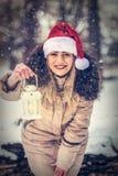 """Bożenarodzeniowego czasu †""""Uśmiechnięta kobieta w Santa mienia kapeluszowych bożych narodzeniach obraz royalty free"""