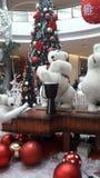 Bożenarodzeniowego kreatywnie dekoracja niedźwiedzia zespołu szczęśliwi wakacje robią zakupy Fotografia Royalty Free