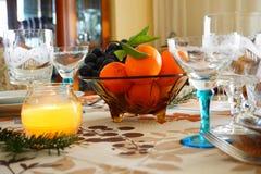 Bożenarodzeniowego, Nowego ` s roku świąteczny stół przy świeczki światłem/ obrazy stock