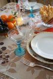 Bożenarodzeniowego, Nowego ` s roku świąteczny stół przy świeczki światłem/ zdjęcia stock