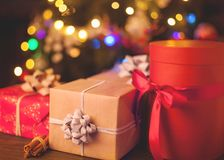 Bożenarodzeniowego pudełka prezenty w ostrości pod choinką Zdjęcie Royalty Free