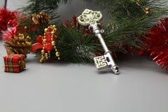 Bożenarodzeniowego stubarwnego iskrzastego decorationsChristmas dekoracji tła dekoracyjny błyskotliwy klucz i prezenta pudełko obraz stock
