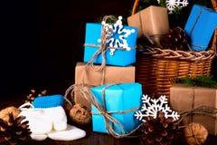 Bożenarodzeniowego Szczęśliwego nowego roku Wakacyjny skład z pudełkiem, rożkiem i orzechem włoskim na Drewnianym tle, Fotografia Royalty Free