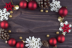 Bożenarodzeniowego Xmas nowego roku wakacyjna dekoracja z złotego dzwonu piłek czerwonych płatków śniegu naturalnymi jedlinowymi  Zdjęcie Stock