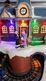 Bożenarodzeniowej czas miniatury uliczna scena z barwionymi światłami Obraz Royalty Free