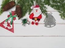 Bożenarodzeniowej dekoraci śliczny przedmiot z drewnianym tłem Fotografia Royalty Free