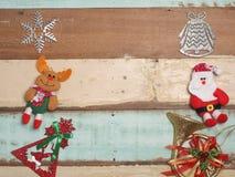 Bożenarodzeniowej dekoraci śliczny przedmiot z drewnianym tłem Obraz Royalty Free