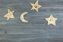Bożenarodzeniowej dekoraci drewniana gwiazda z Wesoło bożych narodzeń znakiem odizolowywającym na drewnianym tle Odgórny widok z  fotografia stock