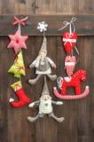 Bożenarodzeniowej dekoraci handmade zabawki na drewnianym tle Fotografia Stock