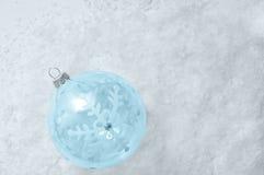Bożenarodzeniowej dekoracji szklana piłka na śniegu obrazy stock