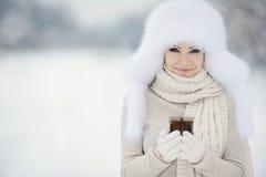 Bożenarodzeniowej nowy rok śnieżnej zimy piękna dziewczyna w białej kapeluszowej naturze zdjęcie royalty free