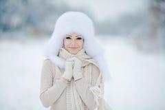 Bożenarodzeniowej nowy rok śnieżnej zimy piękna dziewczyna w białej kapeluszowej naturze obraz stock