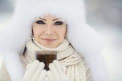Bożenarodzeniowej nowy rok śnieżnej zimy piękna dziewczyna w białej kapeluszowej naturze zdjęcia stock