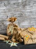 Bożenarodzeniowej teraźniejszości i zabawki niedźwiedź na drewnianej powierzchni Fotografia Royalty Free