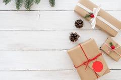 Bożenarodzeniowej teraźniejszości prezentów pudełka z etykietką i dekoracją na białym drewnianym tle fotografia stock