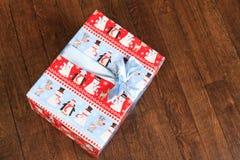 Bożenarodzeniowej wakacyjnej dekoraci słodki prezent, jedlinowe gałąź i ornament, obraz stock