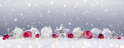 Bożenarodzeniowi Baubles dekoracja I opad śniegu zdjęcie stock