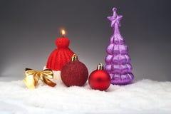 Bożenarodzeniowi baubles i świeczka przy śniegiem Obraz Royalty Free