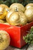 Bożenarodzeniowi baubles w prezenta pudełku, abstrakcjonistyczny zimy tło obrazy royalty free