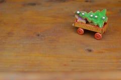 Bożenarodzeniowi ciastka na starym drewnianym zabawkarskim samochodzie zdjęcie royalty free