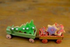 Bożenarodzeniowi ciastka na starym drewnianym zabawkarskim samochodzie fotografia royalty free