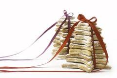 Bożenarodzeniowi ciastka wiążący czerwonymi faborkami. Fotografia Royalty Free