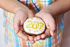 Bożenarodzeniowi ciastka z liczbą 2017 w palmach dziecko Zdjęcia Stock