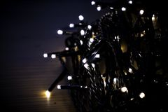Bożenarodzeniowi czarodziejscy światła zawijający wokoło karty przy nocą zdjęcia royalty free