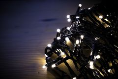Bożenarodzeniowi czarodziejscy światła zawijający wokoło karty przy nocą obrazy royalty free