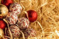 Bożenarodzeniowi czekoladowi cukierki: złoto, czerwień, biała Wakacyjny prezent Obrazy Stock