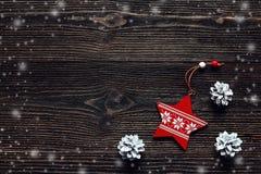 Bożenarodzeniowi dekoraci czerwieni sosny i gwiazdy rożki na ciemnych deskach Zdrój Zdjęcia Royalty Free