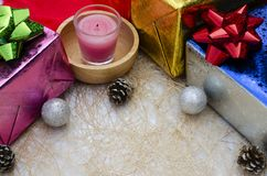 Bożenarodzeniowi dekoracja prezenta i świeczki pudełka tła fotografia stock