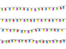 Bożenarodzeniowi jarzy się światła na białym tle Girlandy z barwionymi żarówkami Xmas wakacje karciany bożych narodzeń pojęcia pr obrazy royalty free
