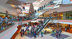 Bożenarodzeniowi kupujący przy zakupy centrum handlowym Zdjęcia Royalty Free