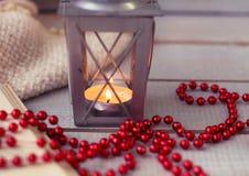 Bożenarodzeniowi lampiony i czerwoni koraliki na drewnianym tle fotografia royalty free
