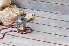 Bożenarodzeniowi lampiony, szkocka krata i czerwień koraliki na lekkim drewnianym backgrou, obraz stock