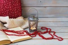 Bożenarodzeniowi lampiony, tangerine i czerwień koraliki na białym drewnianym plecy, fotografia royalty free